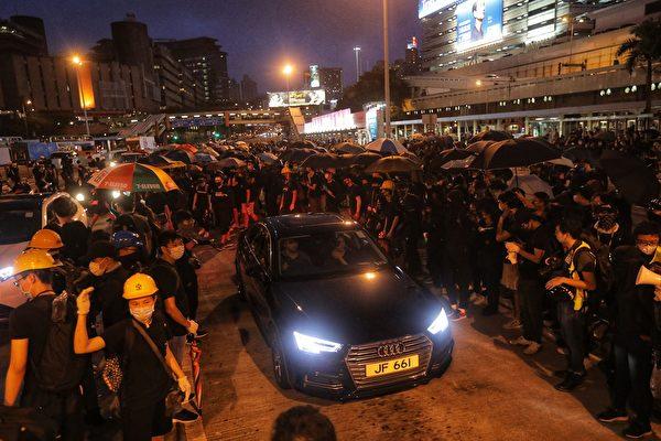 部分示威者在紅隧道九龍入口阻塞收費亭。(VIVEK PRAKASH/AFP/Getty Images)