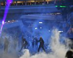 大围美田路回旋处,警察发射多枚催泪弹。(MANAN VATSYAYANA/AFP/Getty Images)