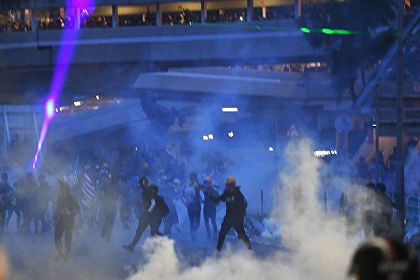 大圍美田路迴旋處,警察發射多枚催淚彈。(MANAN VATSYAYANA/AFP/Getty Images)