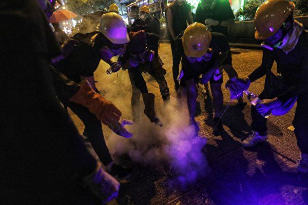 尖沙咀警署警方在警署內發放多枚催淚彈。(VIVEK PRAKASH/AFP/Getty Images)
