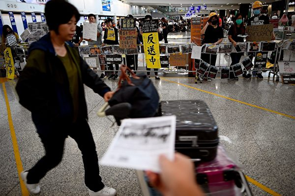 2019年8月11日,港人在國際機場大堂繼續「萬人接機」集會。(MANAN VATSYAYANA/AFP/Getty Images)