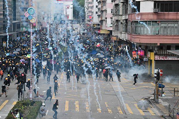 2019年8月11日,深水埗警署內發射出多枚催淚彈。( MANAN VATSYAYANA/AFP/Getty Images)