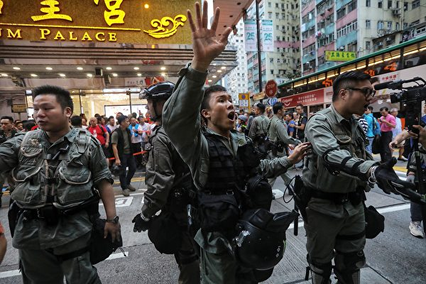 2019年8月11日,北角新都城百貨外現場。(VIVEK PRAKASH/AFP/Getty Images)