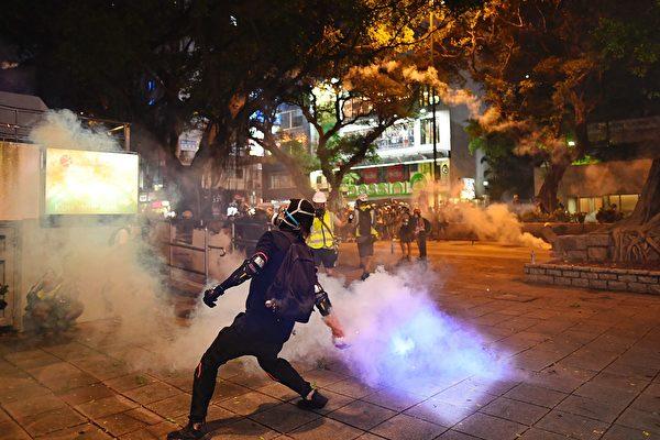 8月11日,香港深水埗,群眾將警方發射的催淚彈扔擲回去。