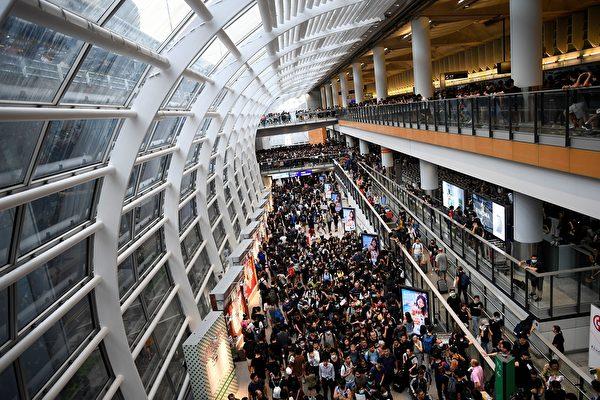 2019年8約12日,大批集會人士離開機場。(MANAN VATSYAYANA/AFP/Getty Images)