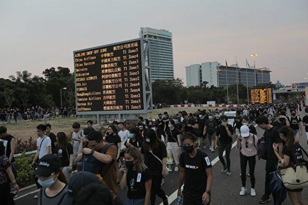 2019年8約12日,大批集會人士離開機場。(VIVEK PRAKASH/AFP/Getty Images)