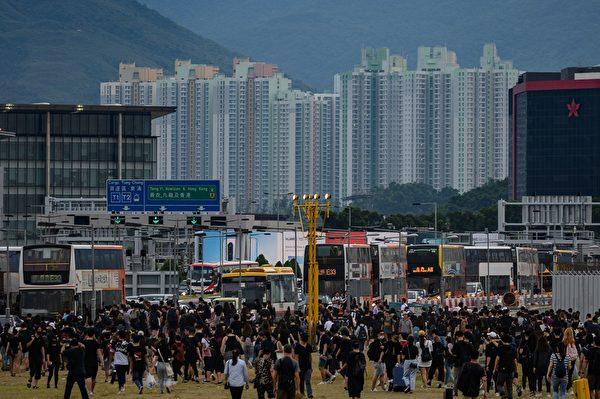 2019年8約12日,大批集會人士離開機場。(PHILIP FONG/AFP/Getty Images)