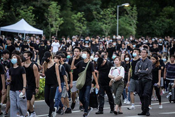 2019年8月12日傍晚,大批集會人士步行離開機場。( VIVEK PRAKASH/AFP/Getty Images)
