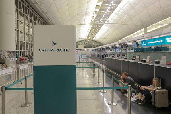 香港機場所有航班取消,也有旅客等待明天(13日)復航。