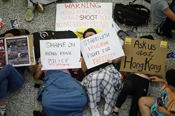 2019年8月14日上午,香港國際機場的抗議民眾留守接機大堂。(PHILIP FONG/AFP/Getty Images)