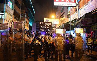 盂兰节暴力清场后 港警对空荡街道发催泪弹
