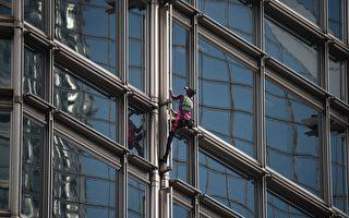 """法""""蜘蛛人""""爬香港大楼 悬挂横幅祈求和平"""