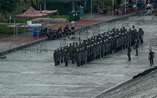 中共武警模拟用巨型钢叉对付香港抗议者