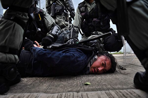 2019年8月24日,牛头角警署外的数名速龙小队及其他警察抓捕游行人士。(LILLIAN SUWANRUMPHA/AFP/Getty Images)