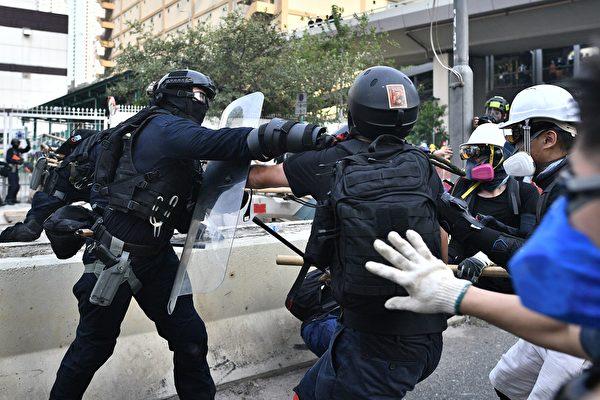 2019年8月24日,牛头角警署外的数名速龙小队及其他警察抓捕游行人士。(ANTHONY WALLACE/AFP/Getty Images)