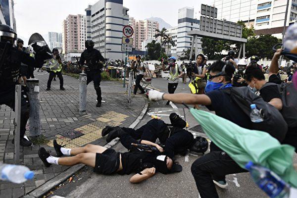 2019年8月24日, 牛头角警署外的数名速龙小队及其他警察抓捕游行人士。(ANTHONY WALLACE/AFP/Getty Images)
