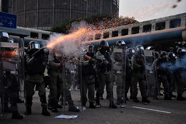 2019年8月24日,伟业街警方狂射催泪弹。(LILLIAN SUWANRUMPHA/AFP/Getty Images)