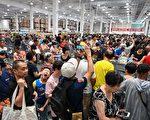 Costco上海开张,人潮拥塞。(HECTOR RETAMAL/AFP/Getty Images)