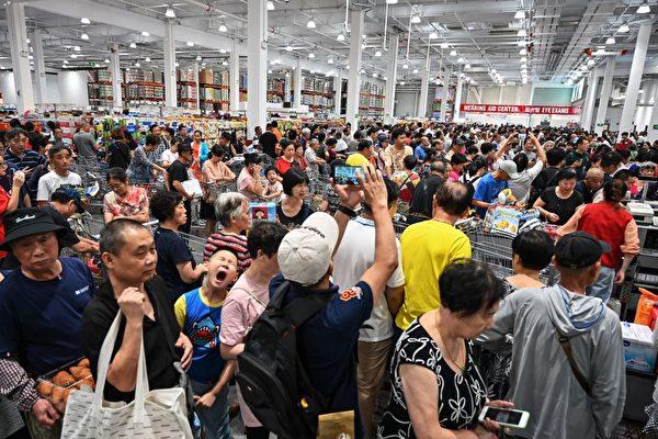 Costco上海開張,人潮擁塞。(HECTOR RETAMAL/AFP/Getty Images)