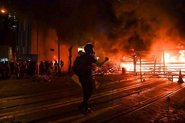 2019年8月31日,湾仔处有人燃烧杂物,火势很大。(LILLIAN SUWANRUMPHA/AFP/Getty Images)