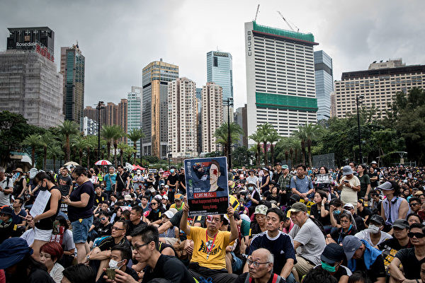 2019年8月18日晚,維園仍有很多集會人士。(Chris McGrath/Getty Images)