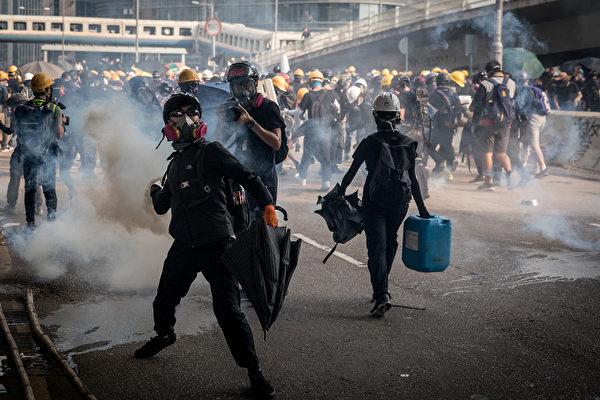 2019年8月24日,伟业街警方狂射催泪弹。(Chris McGrath/Getty Images)