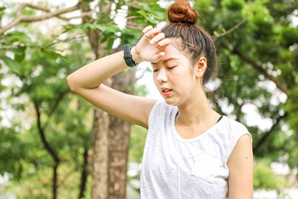 中暑时头晕乏力、胸闷,甚至热到昏迷,中医教你按摩穴位解救症状。(Shutterstock)