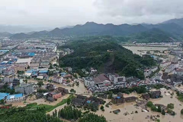 台风利奇马过后,台州临海市的望江门城门被冲破,江水直灌城区。(大纪元)