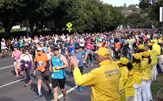 悉尼8.4萬人馬拉松賽跑 長跑者支持法輪功