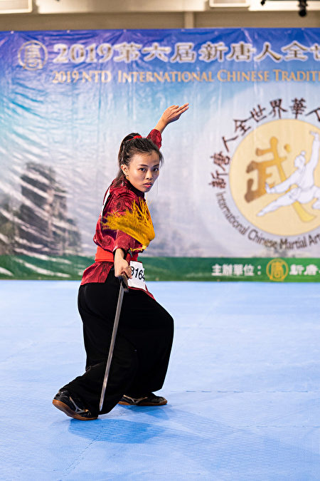 8月25日,在第六屆新唐人武術大賽複賽中,女子器械組選手施以真表演螳螂門派駱門劍。(戴兵/大紀元)