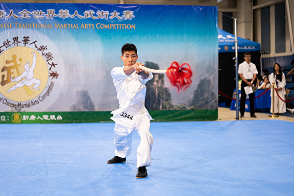 8月25日,在第六屆新唐人武術大賽複賽中,男子器械組選手劉大雁表演六合螳螂派梨花槍,獲得金獎。(戴兵/大紀元)