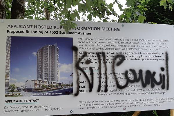 2019年7月31日,西温街头出现针对西温市长Mary-Ann Booth的恐吓涂鸦。(西温哥华警察提供)