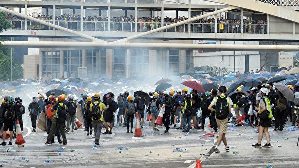 警方在金鐘夏慤多次發射催淚彈。(龐大衛/大紀元)