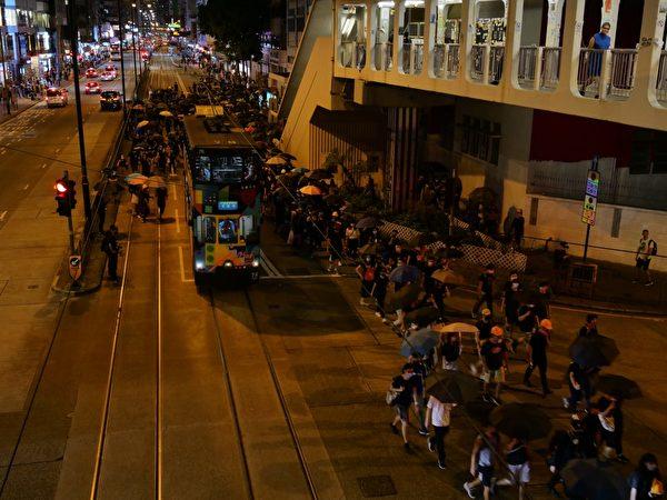 8月5日入夜,北角仍然有很多示威者聚集(庞大卫/大纪元)