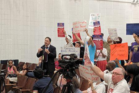 图为白人家长在7月31日举行的教育政策委员会月度会议上,发言抗议总监卡兰萨的教育政策。
