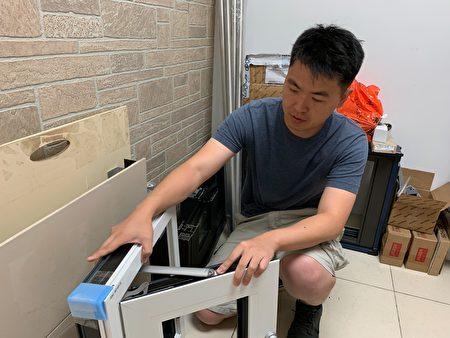 美特玻璃门窗系统公司的林晨劭介绍推开式窗户的防护方法。