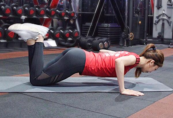 消除腋下贅肉的訓練之一:跪姿伏地挺身。(World Gym提供)
