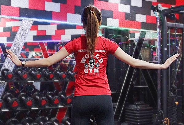 消除腋下贅肉的訓練之一:手臂反向畫圈。(World Gym提供)