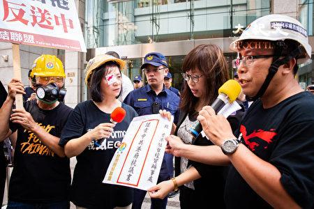 台灣團結聯盟14日前往香港駐台經貿辦事處譴責港府並遞交抗議書,同時支持國際社會嚴厲制裁中共政權與港府的措施。