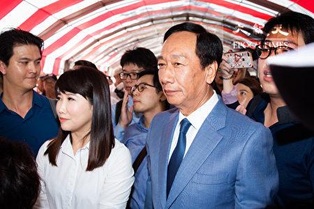 鸿海集团创办人郭台铭(前右)自从回国后就鲜少有公开行程,幕僚蔡沁瑜(前左)23日表示,郭台铭每天都有关注国际政经议题、思考台湾的未来。