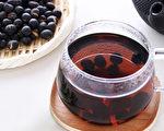 黑豆水含丰富的花青素等营养素,有助于抗癌、预防脑中风等疾病。(Shutterstock)