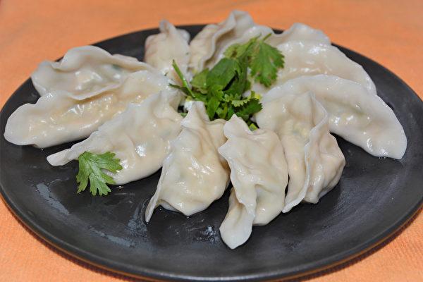 胡瓜刨丝后与豆腐包成水饺,口感清爽不油腻。(摄影:赖瑞)