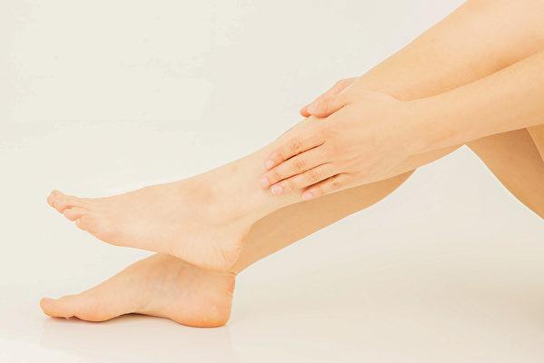 常揉小腿的两个部位,可以预防跌倒。(Shutterstock)