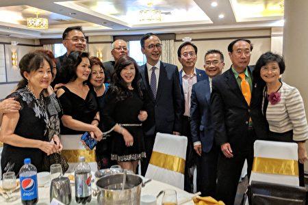 参加美东华人学术联谊会44届年会的嘉宾与朱立伦合影。