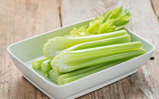牙齿发黄怎么办?一些食物可以给牙齿美白。(Shutterstock)