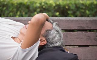 老人睡觉难呼吸,以为鬼压床,送医后才发现是肺阻塞症状。(Shutterstock)