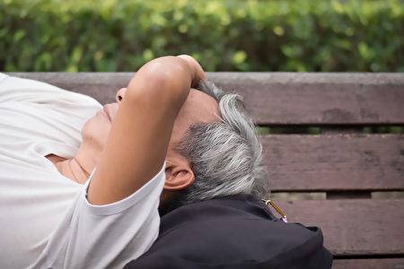 老人睡覺難呼吸,以為鬼壓床,送醫後才發現是肺阻塞症狀。(Shutterstock)