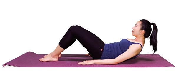 強化腰部核心肌群的動作之一:改良式仰臥起坐。(李晴照攝)