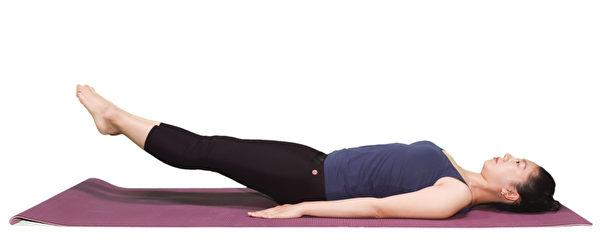 強化腰部核心肌群的動作之一:訓練腹肌姿勢。(李晴照攝)