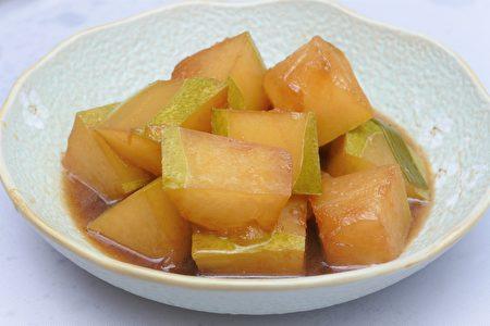 冬瓜切大块与糖、酒、酱油、八角一起酱烧,香气十足。
